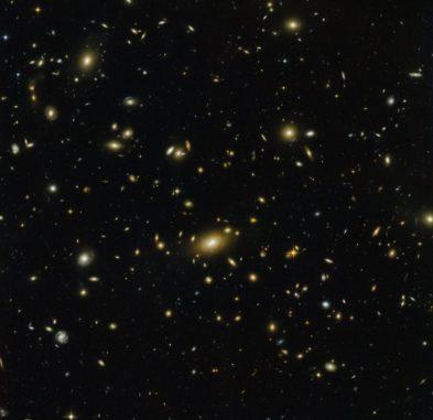 Hubble-Aufnahme des Galaxienhaufens Abell 1300. (Credits: ESA / Hubble & NASA)
