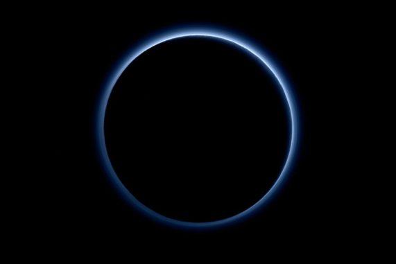 Dieses Bild zeigt Dunstschichten in der Atmosphäre des Zwergplaneten Pluto. Es basiert auf Daten der NASA-Raumsonde New Horzizons. (Credits: NASA / JHUAPL / SwRI)