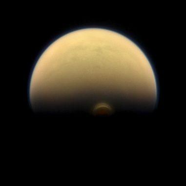 Der Südpolarwirbel auf dem Saturnmond Titan, aufgenommen von der Raumsonde Cassini. (Credits: NASA / JPL-Caltech / Space Science Institute)