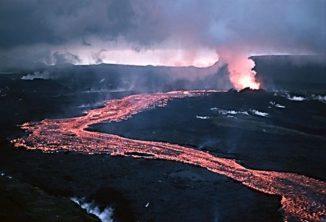 Lavastrom einer effusiven Eruption des Krafla-Vulkansystems auf Island im Jahr 1984. (Credits: Michael Ryan, U.S. Geological Survey)