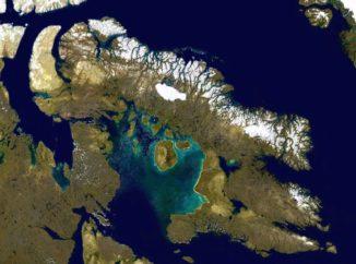 Satellitenbild der Baffininsel im kanadischen Polarkreis. Im Norden der Insel liegt der Tremblay-Sund, an dessen Küste sich die Angmaat Formation befindet, wo die Algenfossilien entdeckt wurden. (Credit: NASA)