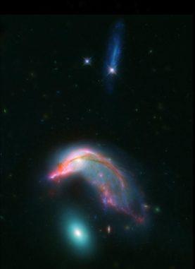 Arp 142, basierend auf Daten der Weltraumteleskope Spitzer und Hubble. (Credit: NASA-ESA / STScI / AURA / JPL-Caltech)