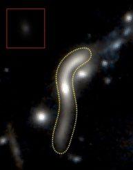 Die gepunktete Linie markiert die Grenzen der ruhigen Galaxie eMACSJ1341-QG-1, deren Erscheinungsbild durch den Gravitationslinseneffekt stark verzerrt wurde und 30 Mal größer erscheint. Das kleine Bild zeigt ein rekonstruiertes Bild, wie sie ohne den Gravitationslinseneffekt aussehen würde. (Credit: Harald Ebeling, UH IfA)