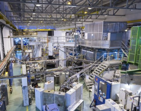 Panoramaansicht der Beamlines in der Halle der ISOLDE-Einrichtung. (Credits: Image: Samuel Morier-Genoud / CERN)