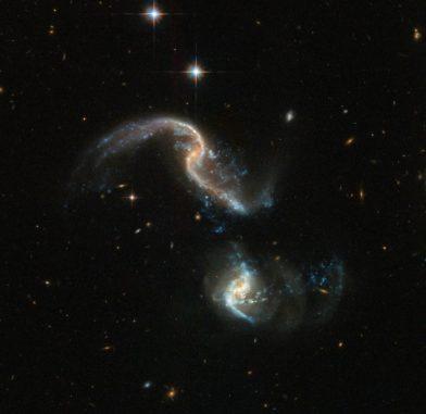 Hubble-Aufnahme des interagierenden Galaxienpaares Arp 256. (Credits: ESA / Hubble, NASA)