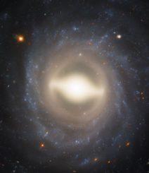 Hubble-Aufnahme der Balkenspiralgalaxie NGC 1015. (Credits: ESA / Hubble & NASA, A. Riess (STScl / JHU))