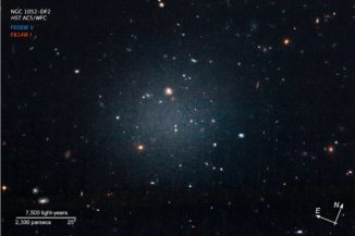 Hubble-Aufnahme der ultradiffusen Galaxie NGC 1052-DF2. (Credits: NASA, ESA, and P. van Dokkum (Yale University))