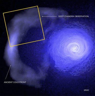 Die Kaltfront im Perseus-Galaxienhaufen, basierend auf Daten der Weltraumteleskope Chandra, XMM-Newton und ROSAT. (Credits: NASA / CXC / GSFC / S. Walker, ESA / XMM, ROSAT)