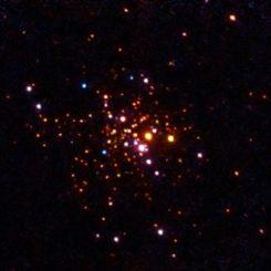 Chandra-Aufnahme des Kugelsternhaufens 47 Tucanae. Die Kantenlänge des Bildes beträgt etwa zehn Lichtjahre. (Credits: NASA / CXC / Michigan State / A.Steiner et al. 2014)