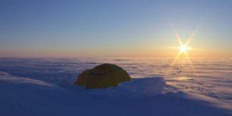 Mehr als einen halben Kilometer unter dem Eis der Devon-Eiskappe haben Forscher zwei subglaziale Seen mit hohem Salzgehalt entdeckt, die bei der Suche nach Leben auf anderen Welten behilflich sein könnten. (Credits: Photo courtesy Martin Sharp)