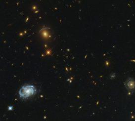 Hubble-Aufnahme des als Gravitationslinse agierenden Galaxienhaufens SDSS J0150+2725. (Credit: ESA / Hubble & NASA; Acknowledgement: Judy Schmidt)