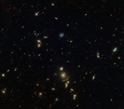 Hubble-Aufnahme des Galaxienhaufens SDSS J1156+1911 und seiner Brightest Cluster Galaxy. (Credits: ESA / Hubble & NASA; Acknowledgement: Judy Schmidt (Geckzilla))