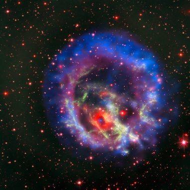 Kompositbild des Supernova-Überrests E0102, basierend auf Daten der Weltraumteleskope Chandra und Hubble, sowie des Very Large Array. (Credits: X-ray (NASA / CXC / ESO / F.Vogt et al); Optical (ESO / VLT / MUSE & NASA / STScI)