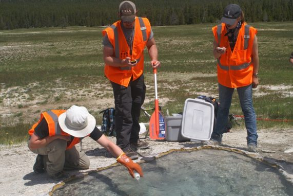 Die Forscher versetzen eine heiße Quelle im Yellowstone National Park mit Deuterium. (Credits: WSU Photo)