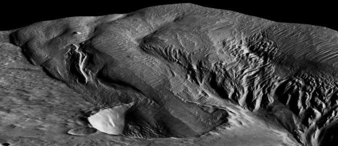 Ein 13 Kilometer breiter Krater, der teilweise mit Sedimentgesteinen der Medusae Fossae Formation gefüllt ist. (Credit: High Resolution Stereo Camera / European Space Agency)
