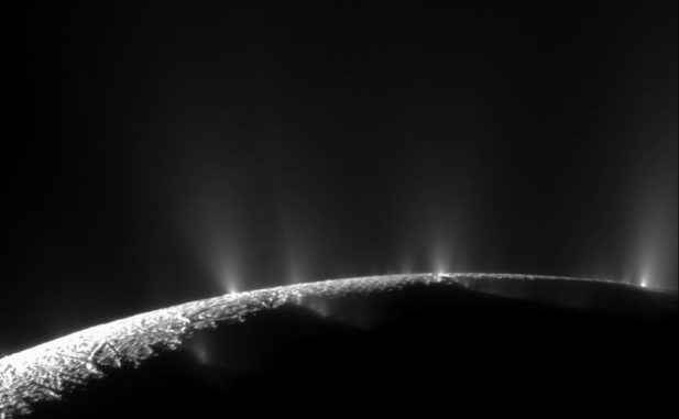 Spektakuläre Fahnen aus Wasserdampf und Eis breiten sich von der Südpolarregion des Saturnmondes Enceladus in den Weltraum aus. (Credits: NASA / JPL / Space Science Institute)