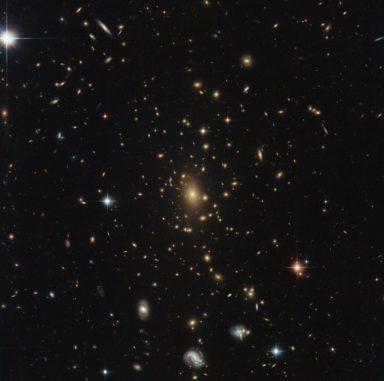 Hubble-Aufnahme mit dem Galaxienhaufen RXC J2211.7-0350 in der Bildmitte. (Credit: ESA / Hubble & NASA, RELICS)