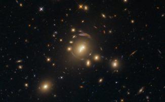 Gravitationslinseneffekte am Galaxienhaufen SDSS J1336-0331, aufgenommen vom Weltraumteleskop Hubble. (Credits: ESA / Hubble & NASA)