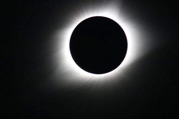 Die Parker Solar Probe wird die Korona der Sonne erforschen, die von der Erde aus nur während einer totalen Sonnenfinsternis beobachtet werden kann. Dieses Bild einer totalen Sonnenfinsternis entstand am 21. August 2017. (Credits: NASA / Gopalswamy)