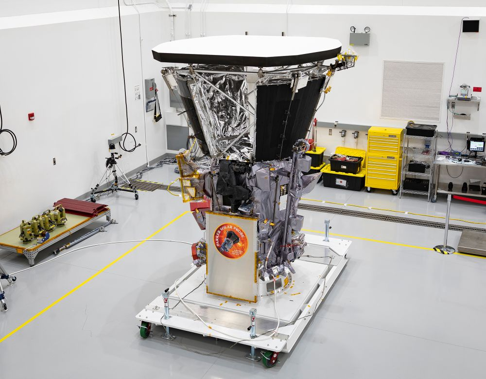 Die Parker Solar Probe in einem Reinraum bei Astrotech Space Operations in Titusville (Florida) nach der Installation des Hitzeschildes. (Credit: NASA / Johns Hopkins APL / Ed Whitman)