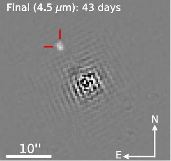 IRAC-Infrarotbild der Emission von der Verschmelzung zweier Neutronensterne bei 4,5 Mikrometern. Das Bild wurde 43 Tage nach dem Ereignis aufgenommen. Nach der Bildbearbeitung ist die Quelle der Verschmelzung oben links erkennbar (rot). (Credits: NASA / Spitzer / SAO Villar et al., 2018)