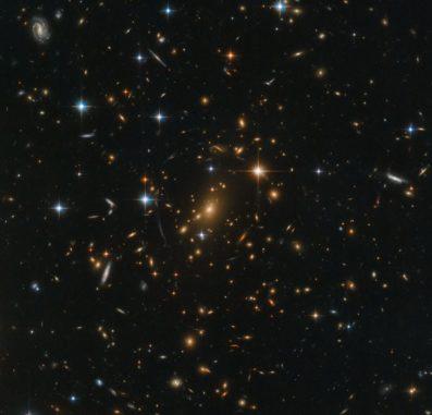 Hubble-Aufnahme des Galaxienhaufens RXC J0142.9+4438. (Credits: ESA / Hubble & NASA, RELICS)