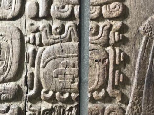 Nahaufnahme von Glyphen auf einem hölzernen Türsturz in Tikal. (Credits: Photo: Stephen Houston)
