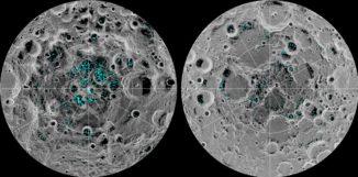Diese Grafiken zeigen die Verteilung des Eises am lunaren Südpol (links) und Nordpol (rechts), basierend auf Daten des Moon Mineralogy Mapper an Bord der Raumsonde Chandrayaan-1. (Credits: NASA)