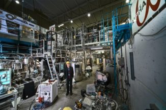 Jeffrey Hangst, der Sprecher des ALPHA-Experiments, neben dem ALPHA-Experiment. (Credits: Image: Maximilien Brice, Julien Ordan / CERN)
