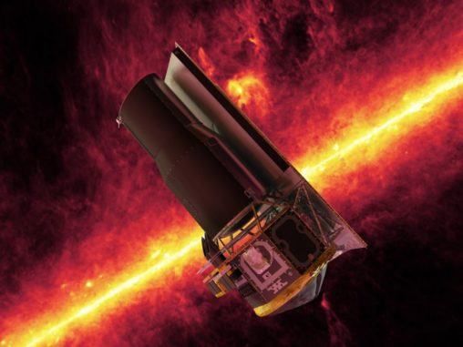 Diese künstlerische Darstellung zeigt das Weltraumteleskop Spitzer vor einem Bild der Milchstraßen-Ebene, das auf seinen Daten basiert. (Credits: NASA / JPL)