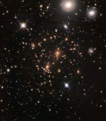 Hubble-Aufnahme des Galaxienhaufens Abell 370. (Credits: NASA, ESA, A. Koekemoer, M. Jauzac, C. Steinhardt, and the BUFFALO team)
