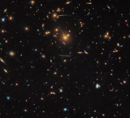 Hubble-Aufnahme des Galaxienhaufens SDSS J1050+0017. (Credits: ESA / Hubble & NASA; Acknowledgement: Judy Schmidt)