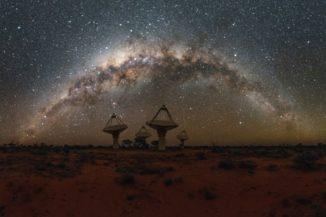 Antennen des Australian SKA Pathfinder Projekts mit der Milchstraße darüber. (Credit: Alex Cherney / CSIRO)