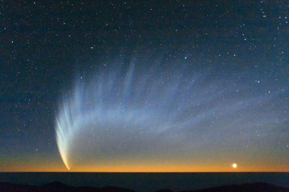 Der Komet McNaught über dem Pazifik, aufgenommen vom Paranal Observatory im Januar 2007. (Credits: ESO / Sebastian Deiries)