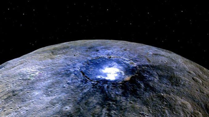 Falschfarbenaufnahme des Kraters Occator auf dem Zwergplaneten Ceres, aufgenommen von der NASA-Raumsonde Dawn. (Credits: NASA / JPL-Caltech / UCLA / MPS / DLR / IDA)