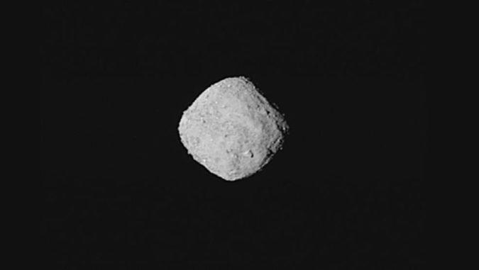 Diese Aufnahme des Asteroiden Bennu wurde am 29. Oktober 2018 aus acht Einzelbildern von der NASA-Raumsonde OSIRIS-REx erstellt. Die Entfernung zu dem Asteroiden betrug etwa 330 Kilometer. (Credits: NASA / Goddard / University of Arizona)