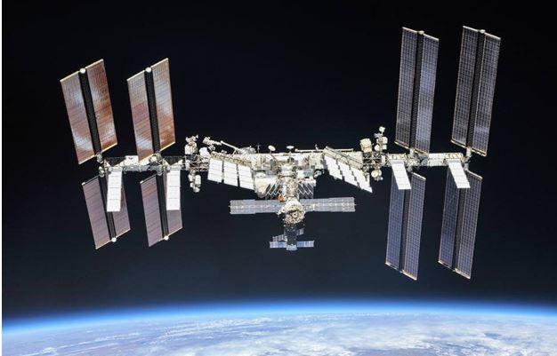 Die Internationale Raumstation im Jahr 2018. Zarya befindet sich in der Mitte der Konstruktion. (Credits: NASA)
