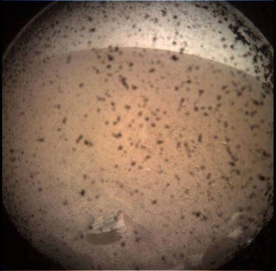 Dieses Bild zeigt das Gebiet vor dem Lander der InSight-Mission auf dem Mars, aufgenommen mit der Instrument Context Camera (ICC). Jedes Bild dieser Kamera hat ein Blickfeld von 124 Grad x 124 Grad. (Credits: NASA / JPL-CalTech)