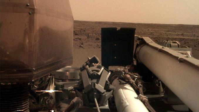 Ein Bild der Landestelle von InSight auf dem Mars. (Credits: NASA / JPL-Caltech)