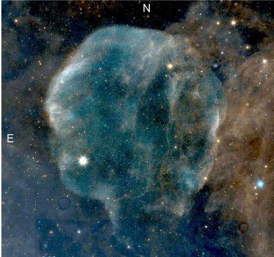 Kompositbild des Cirrusnebels, basierend auf Röntgendaten (blau), Ultraviolettdaten (weiß) und Infrarotdaten (blau und rot) der Weltraumteleskope ROSAT, GALEX und WISE. (Credits: NASA; Fesen et al. 2018)