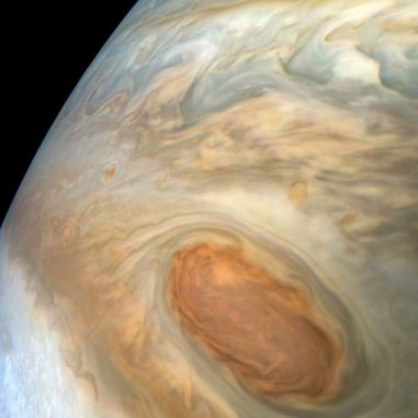 Detaillierte Strukturen in den Wolken von Jupiters südlichem Äquatorialband. Das Bild wurde am 15 Juli 2018 von der JunoCam gemacht. (Credits: NASA / JPL-Caltech / SwRI / MSSS / Kevin M. Gill)