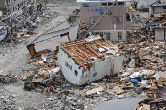 Verwüstungen in der japanischen Stadt Ofunatu durch den Tsunami infolge des Tohoku-Erdbebens. (Credits: U.S. Navy photo by Mass Communication Specialist 1st Class Matthew M. Bradley / Released)