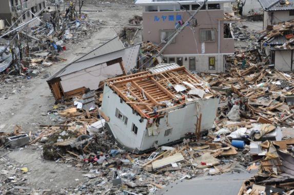 Verwüstungen in der japanischen Stadt Ofunatu durch den Tsunami infolge des Tohoku-Erdbebens. (Credits: U.S. Navy photo by Mass Communication Specialist 1st Class Matthew M. Bradley / Released)