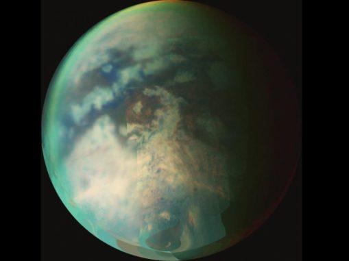 Der größte Saturnmond Titan verfügt über eine dichte Atmosphäre und ein komplexes, jahreszeitenabhängiges Klima. (Credit: NASA / JPL / University of Arizona)