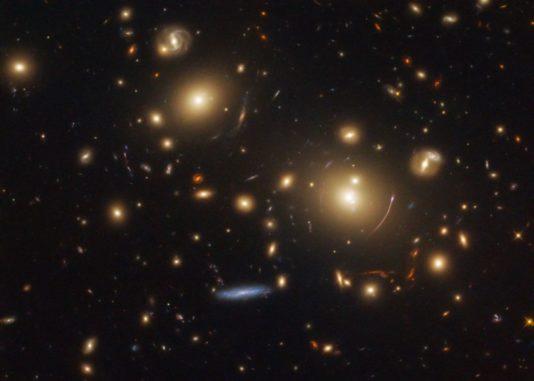 Der Galaxienhaufen SDSS J0928+2031, aufgenommen vom Weltraumteleskop Hubble. (Credits: ESA / Hubble & NASA, M. Gladders et al.; Acknowledgement: Judy Schmidt)