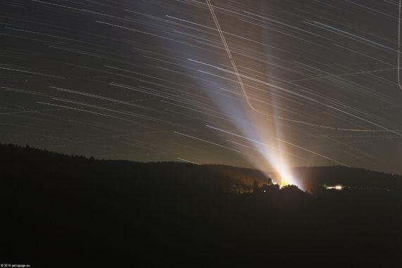 Titelbild: Sternstrichspuren über der Burg Schnellenberg. (Credits: astropage.eu)