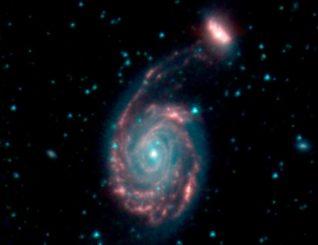 Das verschmelzende Galaxienpaar Arp 86, bestehend aus NGC 7752 (Mitte) und NGC 7753 (oben rechts). (Credits: NASA / JPL-Caltech)