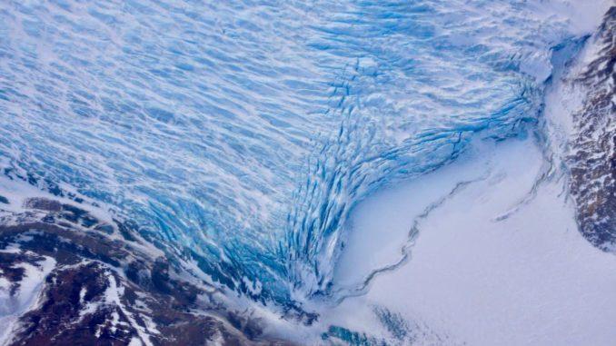 Risse in der Front eines Gletschers beim Erreichen des Ozeans. (Credits: NASA / Adam Klein)