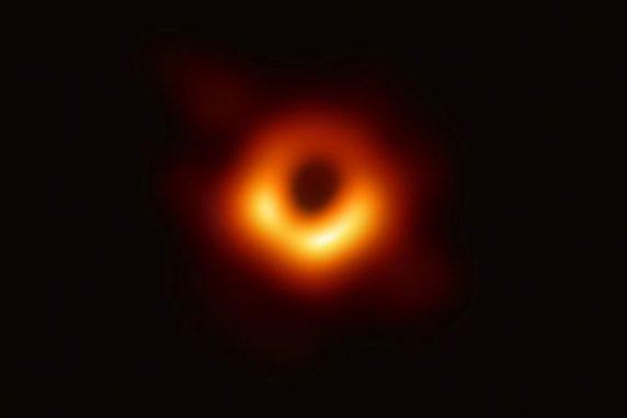Das erste direkte Bild eines Schwarzen Lochs, dem supermassiven Schwarzen Loch im Zentrum von M87. Das Bild basiert auf Daten des Event Horizon Telescope (ETH), einem Netzwerk aus mehreren Radioteleskopen. (Credit: EHT Collaboration)