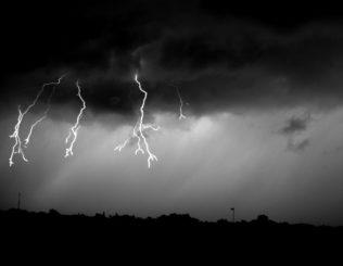 Der hier zu sehende Blitz beginnt tief in der Wolke. Wissenschaftler haben einen möglichen neuen Weg gefunden, wie sie entstehen könnten. (Photo Credit: UNH)